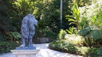 lion-statue-in-the-gardens