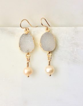 GOLD DANGLE EARRINGS WITH DRUZY AND PEARL