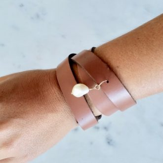 LEATHER CUFF BRACELET WITH PEARL